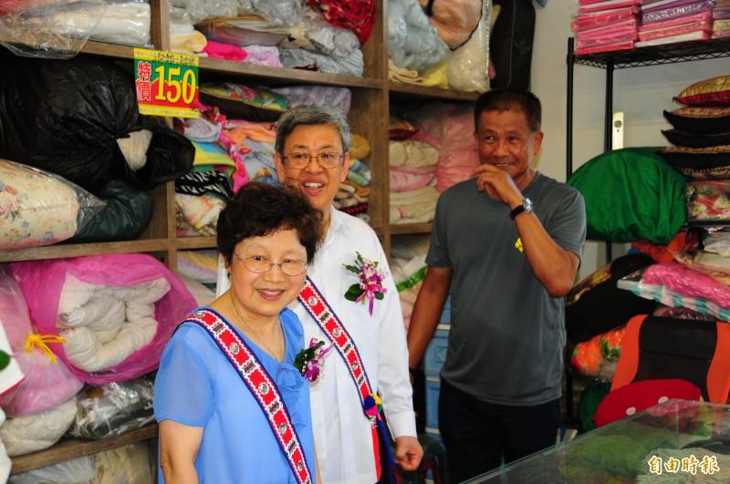 前副總統陳建仁伉儷到劉一峰神父二手物流館參觀,篤信天主的夫人當場也花400元買5條玫瑰念珠要誦念玫瑰經。(記者花孟璟攝)