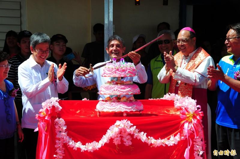 來台55年的法籍臺灣人神父劉一峰(中),今天慶祝80歲生日,前副總統陳建仁伉儷(左)、天主教花蓮教區主教黃兆明(右)都來替神父慶生,讓準備持禮刀準備切蛋糕的神父笑得開懷。(記者花孟璟攝)
