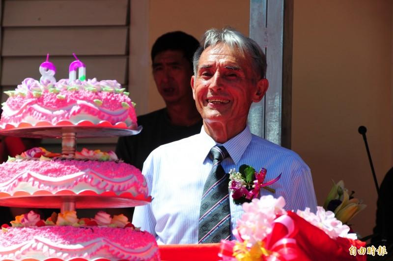 80歲的玉里天主堂神父劉一峰,106年拿到臺灣身分證,致詞時還高興地講台語「哇罵系臺灣人」,並感謝同為台灣人的慷慨讓倉庫只花36小時,不到2天達到經費目標。(記者花孟璟攝)