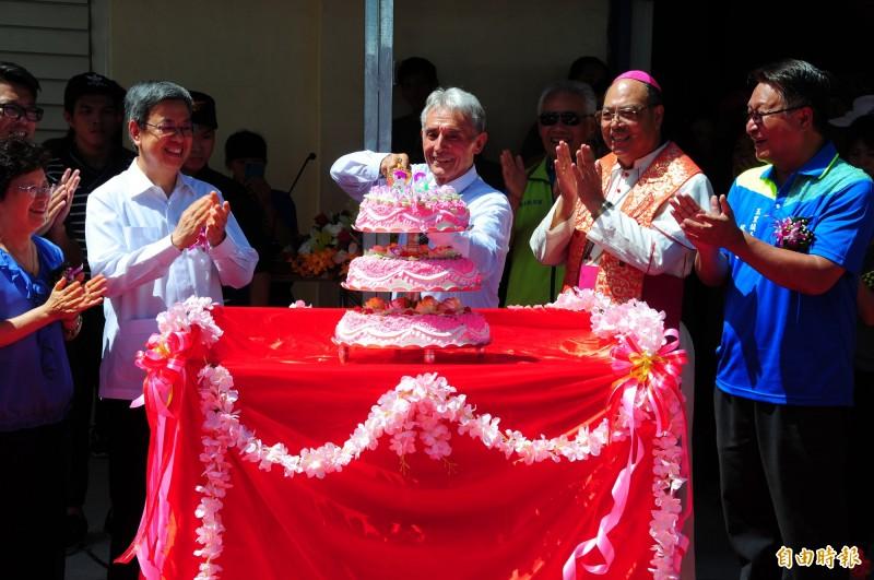 來台55年的法籍臺灣人神父劉一峰(中),今天慶祝80歲生日,前副總統陳建仁伉儷(左)、天主教花蓮教區主教黃兆明(右)都來替神父慶生,正在切蛋糕的劉神父「瞄準蛋糕正中間」切下去,表情很可愛。(記者花孟璟攝)