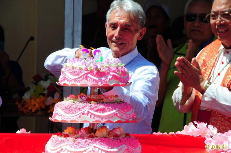 玉里天主堂法國籍劉一峰神父是正港台灣人,今天切80歲生日蛋糕。(記者花孟璟攝)