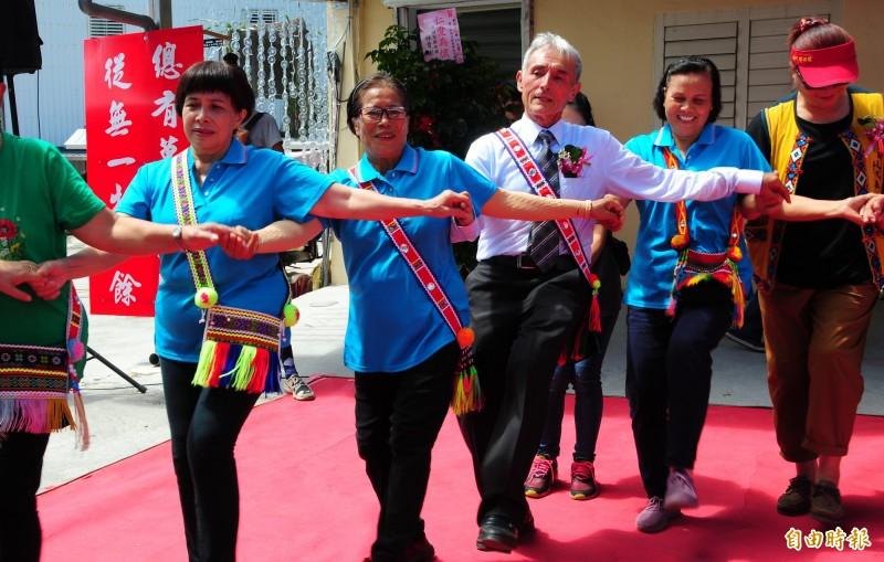 劉一峰神父今天80歲生日,來臺灣55年的生活已使他身心都成為台灣人,也是玉里人的神父爸爸,長年在部落傳教不但會講阿美語、閩南語,也很會跳阿美族舞蹈。(記者花孟璟攝)