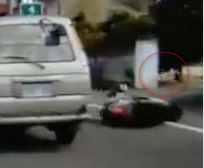 女騎士撞上小狗後摔倒在地,肇事的毛小孩趕緊夾起尾巴跑進屋內。(翻攝畫面)