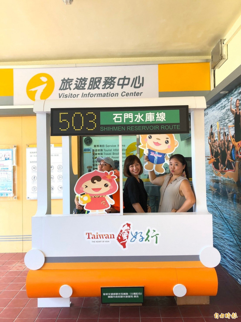 以Q版的「台灣好行」車頭為主體,設在中壢火車站的桃園旅遊服務中心換新裝,吸引旅客拍照、打卡。(記者李容萍攝)
