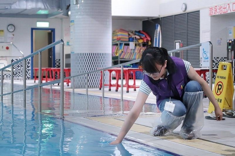 北市府稽查泳池。(圖由台北市法務局提供)
