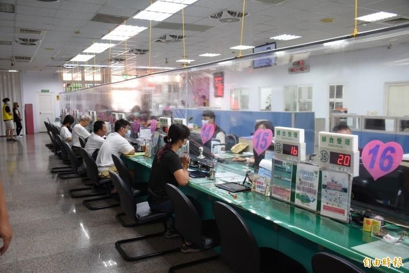 內政部宣布自8月11日起,民眾可在戶政事務所一次完成人別確認、護照申辦及申請自動通關。(資料照)
