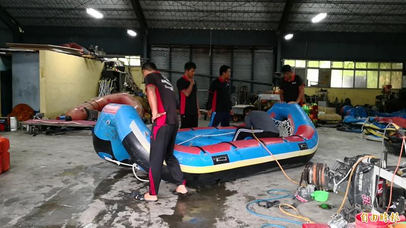泛舟業者的倉庫內,救生員忙著整理橡皮艇,許多救生員因上岸後還要完成最後整理工作,不能馬上沖洗,導致許多人都反應有「皮膚癢」的情形,如有小傷口也容易發炎。(記者花孟璟攝)