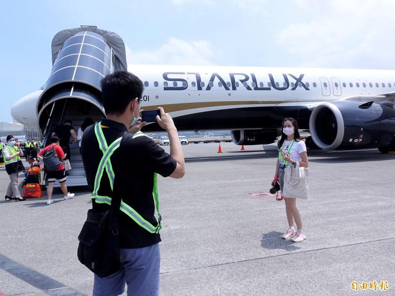 星宇航空「好想出國」飛行假期體驗航班7日啟航,不少旅客利用難得機會近距離與航機合影。(記者朱沛雄攝)