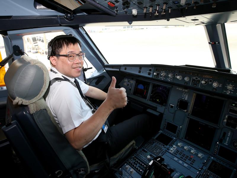 星宇航空「好想出國」飛行假期體驗航班7日啟航,由董事長張國煒親自執飛。(桃園機場記者聯誼會提供)
