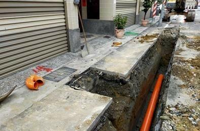 水利局於大寮民族路197巷前,進行連通管施工。(記者陳文嬋翻攝)