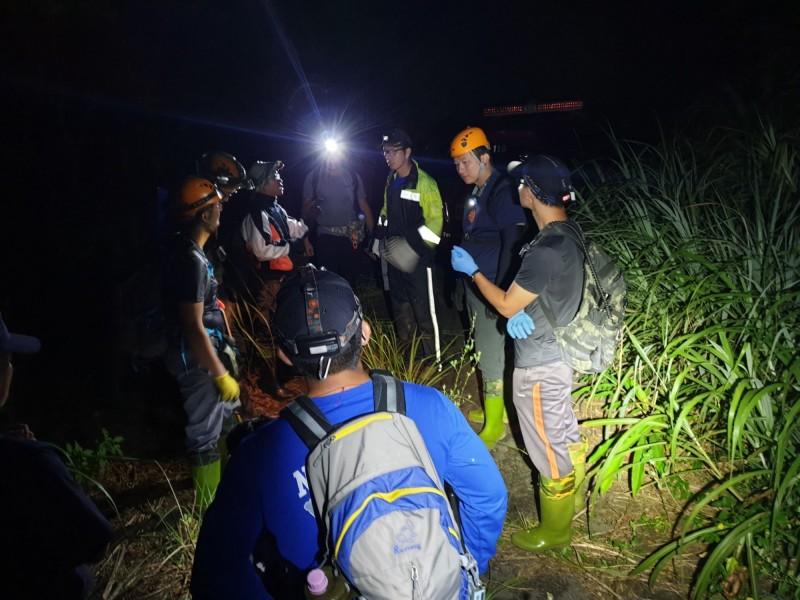 搜救人員摸黑在山區尋找受困的王男約5個小時後,終於成功接觸到他。(記者吳昇儒翻攝)