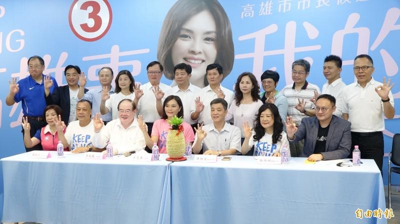 韓團隊今由前副市長陳雄文(前排右四)領軍,現身力挺李眉蓁。(記者李惠洲攝)