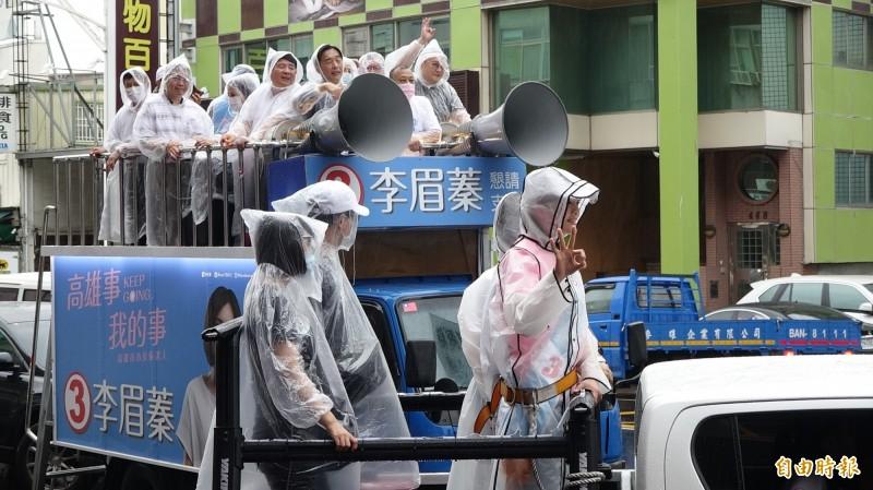 韓團隊陪李眉蓁在雨天中以車隊掃街。(記者李惠洲攝)