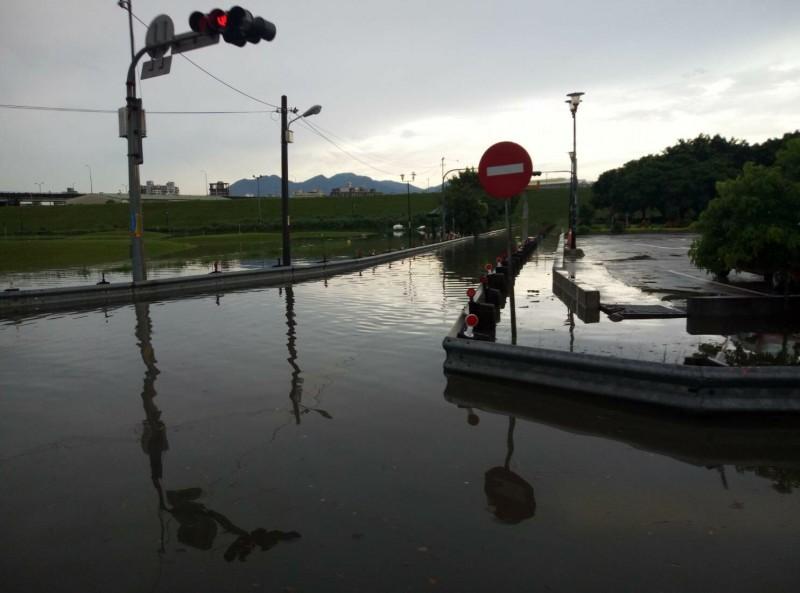 豪雨狂炸,二重疏洪道啟動蓄洪功能封閉6號越堤道。(圖由新北市政府高灘地工程管理處提供)