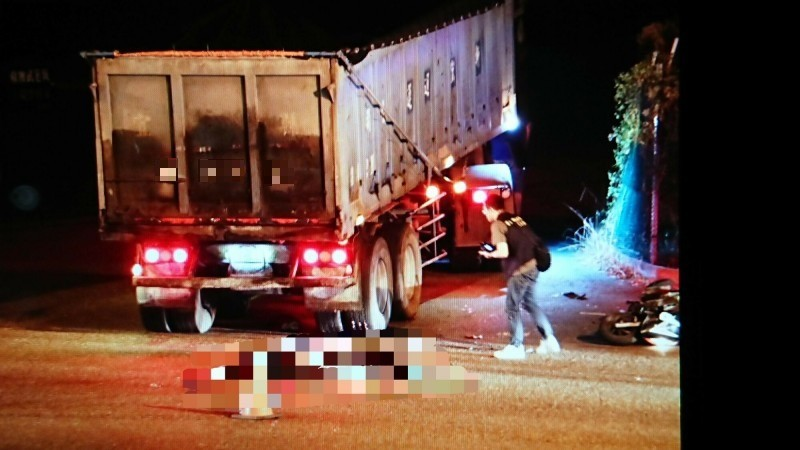 警方到事故現場蒐證。(記者江志雄翻攝)