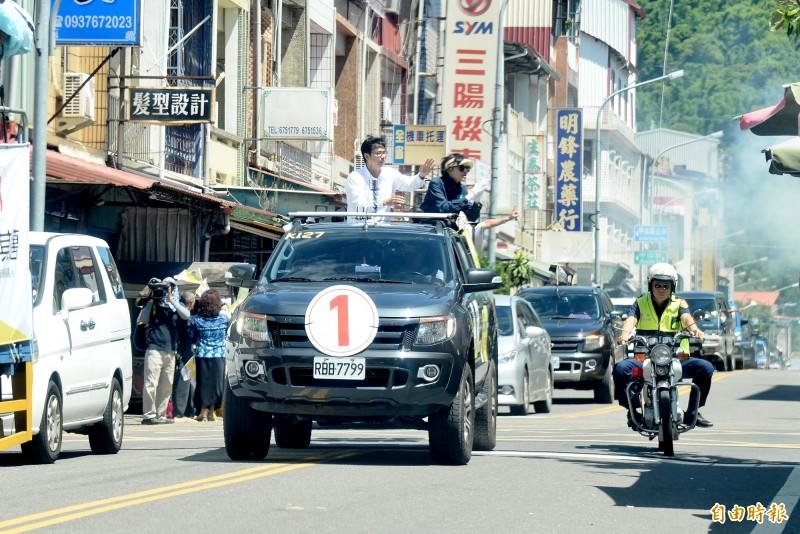 陳其邁的車隊在甲仙市區拜票。(記者許麗娟攝)