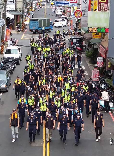 大溪警分局長200警力巡視遶境路線,被喻遶境「最大團」。(記者李容萍翻攝)