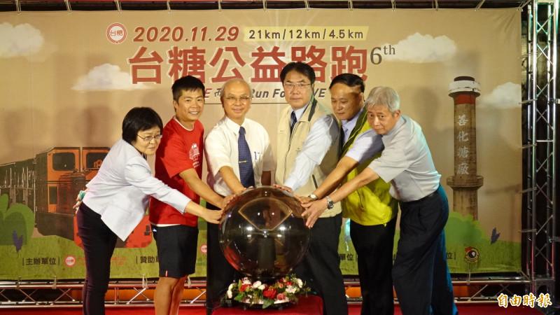 台南市長黃偉哲(右三)與台糖董事長陳昭義(左三)、林義傑(左二)等6人一起為11月29日的公益路跑啟動報名程序。(記者王俊忠攝)