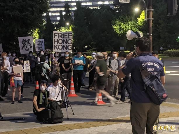 港日混血的自由作家伯川星矢(背對鏡頭)在日本國會前的挺港集會中演說,表示自己已無法返回香港見父母和親戚。(記者林翠儀攝)