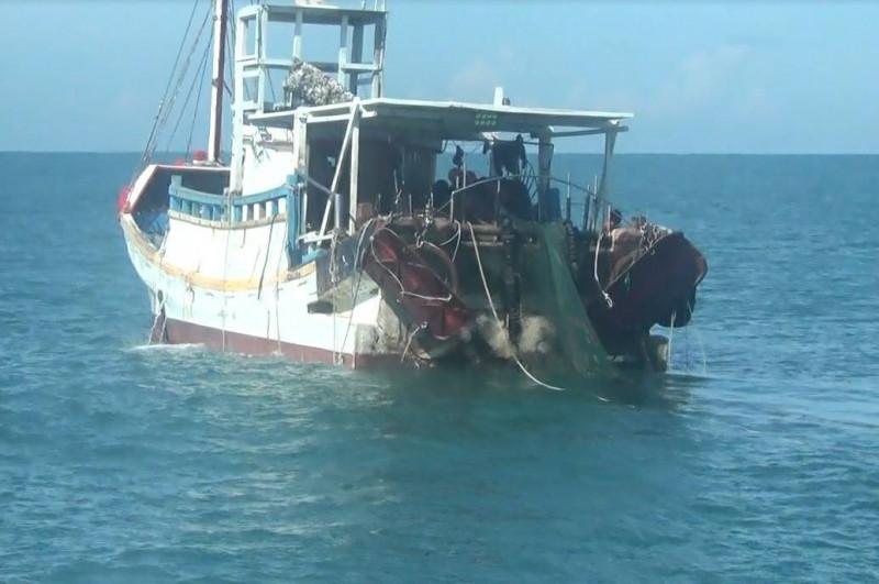 新竹海巡隊接獲通報,得知新竹海山外海3浬處疑似有漁船違規拖網作業。(記者蔡彰盛翻攝)