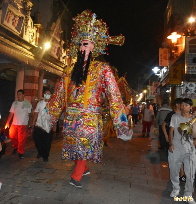 大溪慶關聖帝君誕辰一連兩天,大溪社頭總動員,在老城區從早遶到晚。(記者李容萍攝)