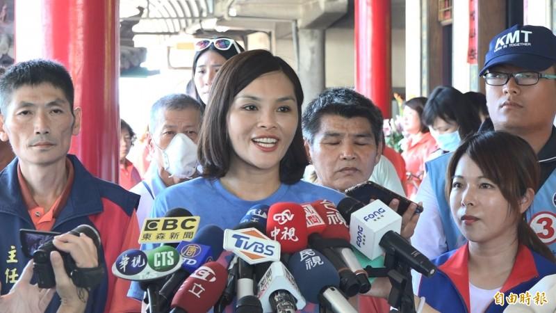 李眉蓁接受媒體聯訪,變成「省話一姊」。(記者李惠洲攝)