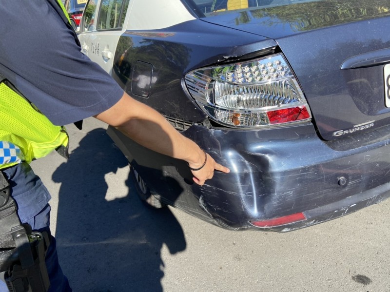 警車後保險桿被撞到凹陷(記者吳昇儒翻攝)