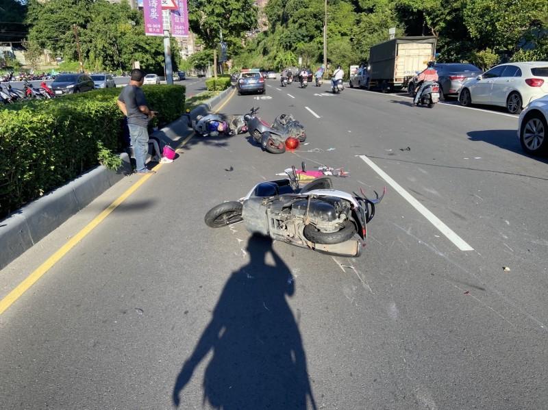 三輛機車撞成一團(記者吳昇儒翻攝)