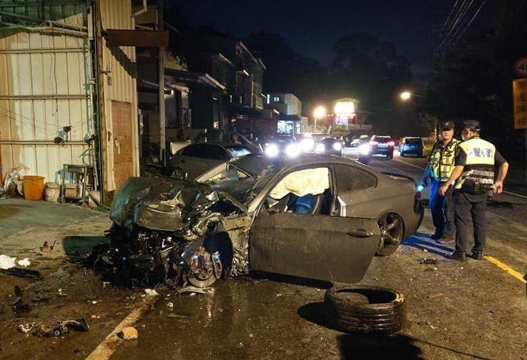 台中陳姓男子昨晚駕駛BMW轎車,行經太平長龍路1段失控撞上燈桿、工廠鐵門、路邊汽車,車頭撞爛、輪胎脫落。(取自「我是太平人」)