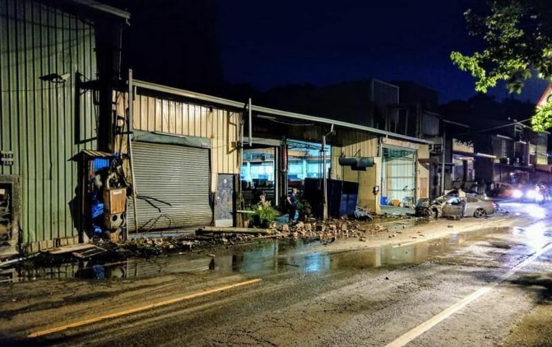 台中陳姓男子昨晚駕駛BMW轎車在太平長龍路1段肇事,現場一片混亂宛如遭轟炸。(取自「我是太平人」)