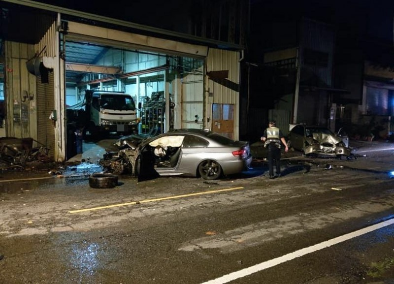 台中陳姓男子昨晚駕駛BMW轎車在太平長龍路1段肇事,並撞壞停在路邊的轎車(取自「我是太平人」)