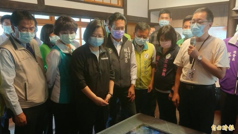 總統蔡英文(前左3)在台南市長黃偉哲(前左1)陪同下参訪水交社文化園區AIR館。(記者洪瑞琴攝)