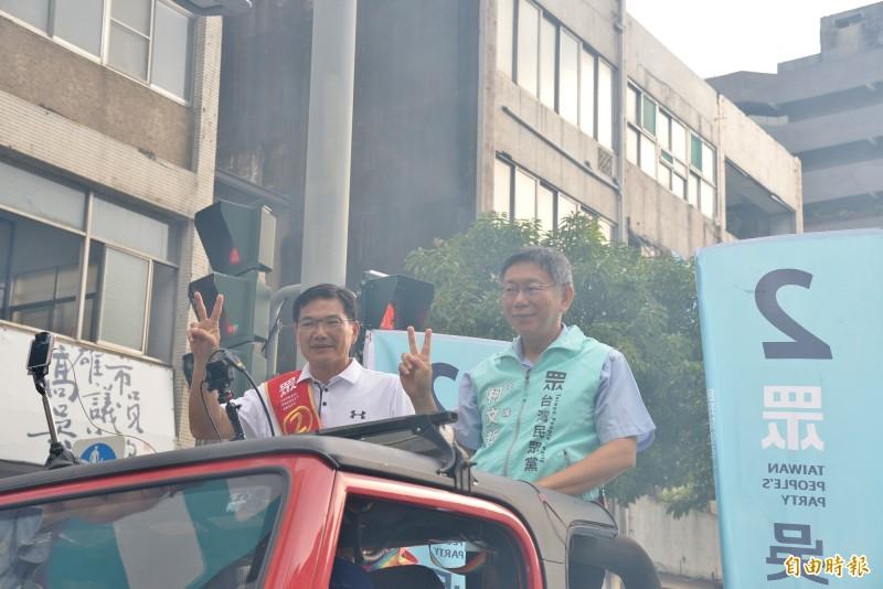 柯文哲和吳益政一同登上掃街車出發拜票。(記者許麗娟攝)