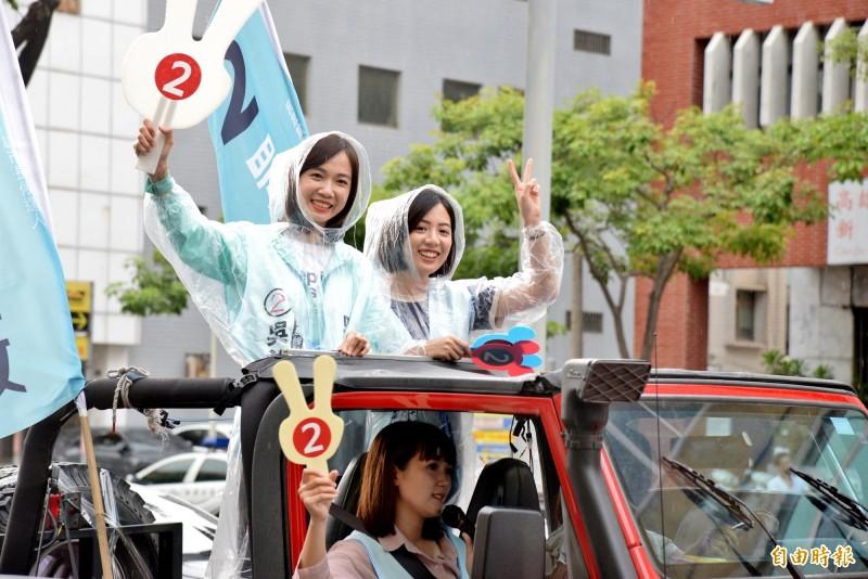 學姐黃瀞瑩和民眾黨青年軍,一起站上掃街車隊拉票。(記者許麗娟攝)