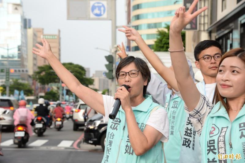 民眾黨立委蔡壁如在選前之夜,站路口向民眾拜票。(記者許麗娟攝)