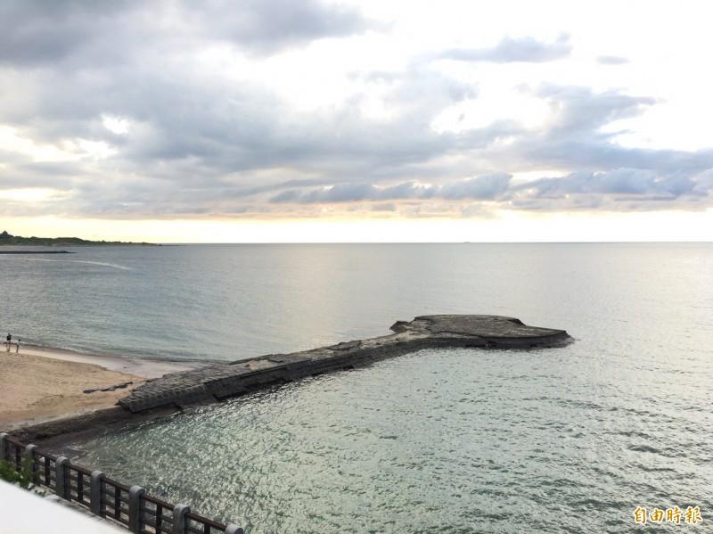 新北市三芝區芝蘭公園海上觀景平台自岸邊延伸至海面,可一覽海景及黃昏美景。(記者周湘芸攝)