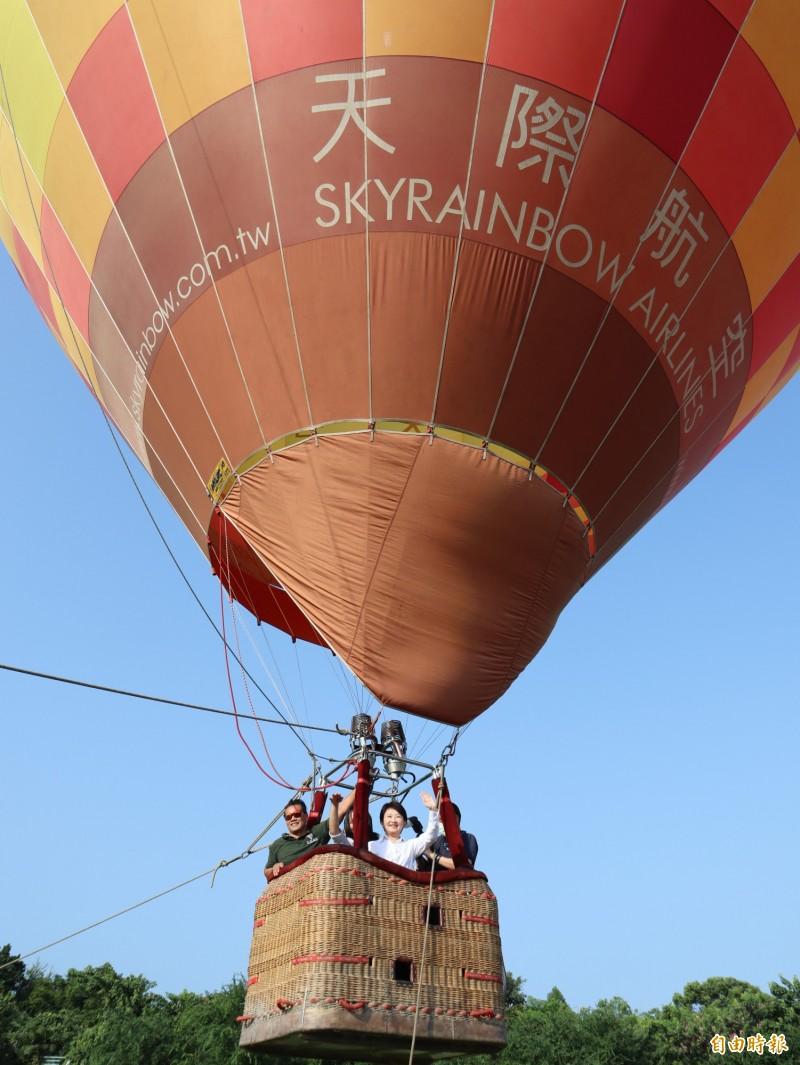 台中市長盧秀燕首次體驗搭乘熱氣球,表示很好玩,呼籲大家一定要來玩。(記者歐素美攝)