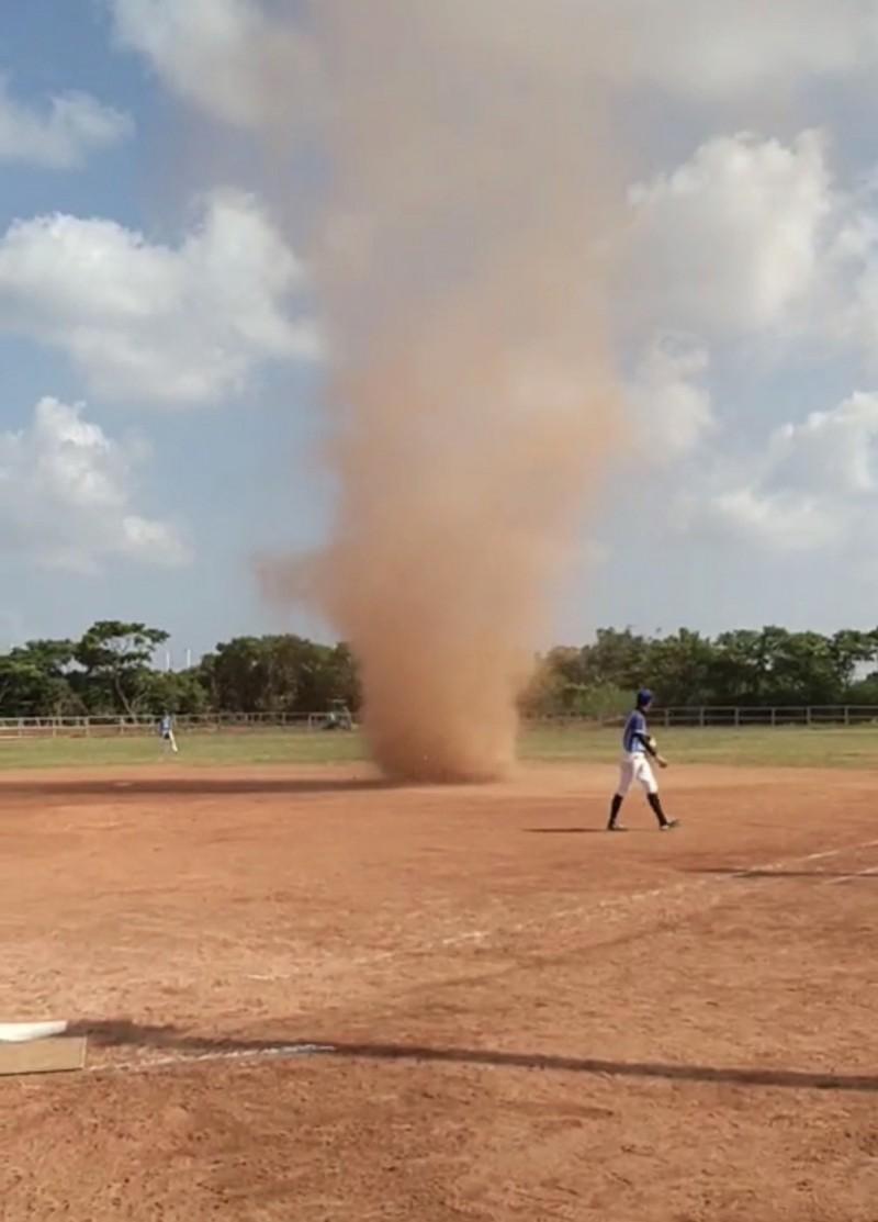 突如其來的龍捲風來攪局,桃園市龍馬棒壘聯誼賽一度被迫暫停比賽。(記者李容萍翻攝)