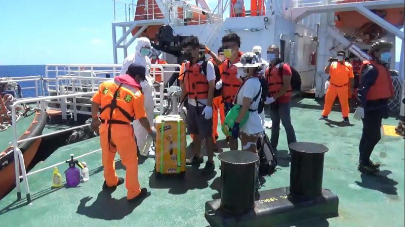 海巡署人員為接駁人員行李進行消毒。(圖:海巡署提供)