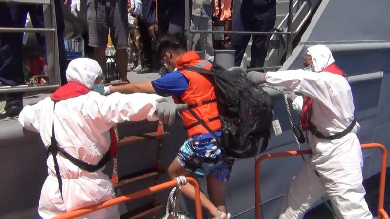 海巡署人員接駁從吐瓦魯返台人員。(圖:海巡署提供)