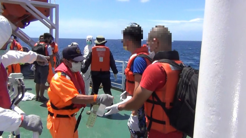 搭乘人員上巡護八號,均得依規定消毒。(圖:海巡署提供)