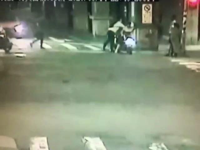 酒醉羅男當街攻擊女騎士。(記者姚岳宏翻攝)