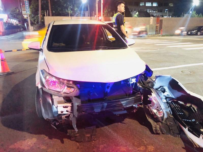 車禍撞擊力道巨大,汽車左大燈和前方保險桿都掉落,機車車體則變形。(記者陳恩惠翻攝)