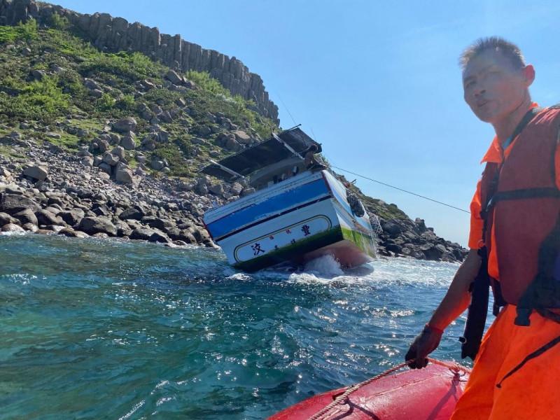 汶豐號漁船在虎井西山擱淺觸礁,澎湖海巡隊搭乘橡皮艇前往救援。(澎湖海巡隊提供)