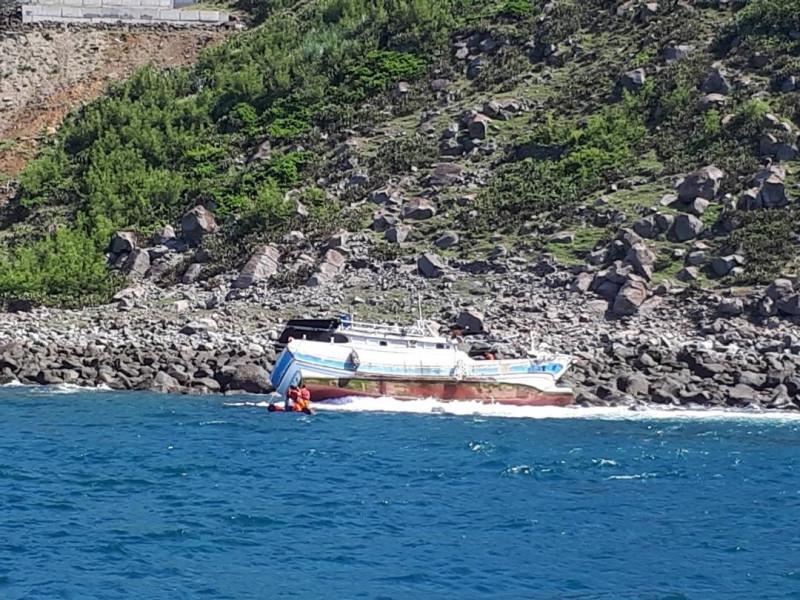 汶豐漁船疑似舵效失靈,導致隨浪飄落坐礁擱淺。(澎湖海巡隊提供)