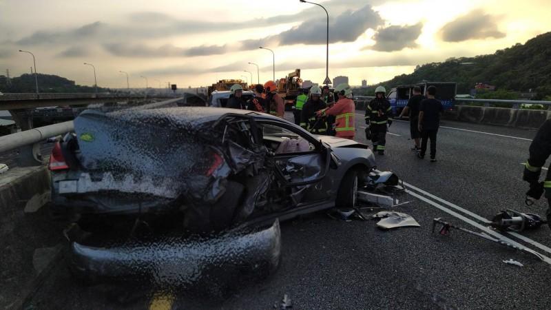 國道一號高速公路五楊高架路段南下46公里處,今天下午近5時突然發生3部小轎車追撞的意外事故。(記者陳恩惠翻攝)