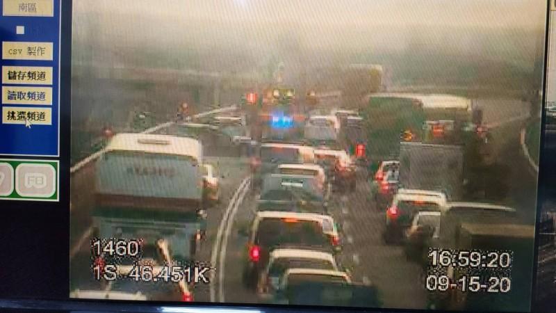 國道一號高速公路五楊高架路段南下46公里處,今天下午近5時突然發生3部小轎車追撞的意外事故,3名駕駛受有輕重傷,現場車流一度回堵長達3公里,所幸晚間6時前已經排除。(記者陳恩惠翻攝)