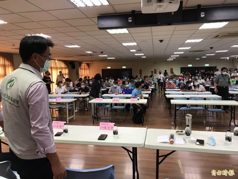農委會主委陳吉仲(左)今天到彰化縣與豬農座談,他表示,全台屠宰場無一符合國際HACCP(危害分析與重點管制規範),目前已有23間豬隻屠宰場提出有意改善。(記者顏宏駿攝)