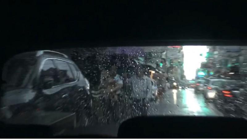 陳大田雨天抱著愛犬上車,還有人幫忙打傘。(投訴人提供)