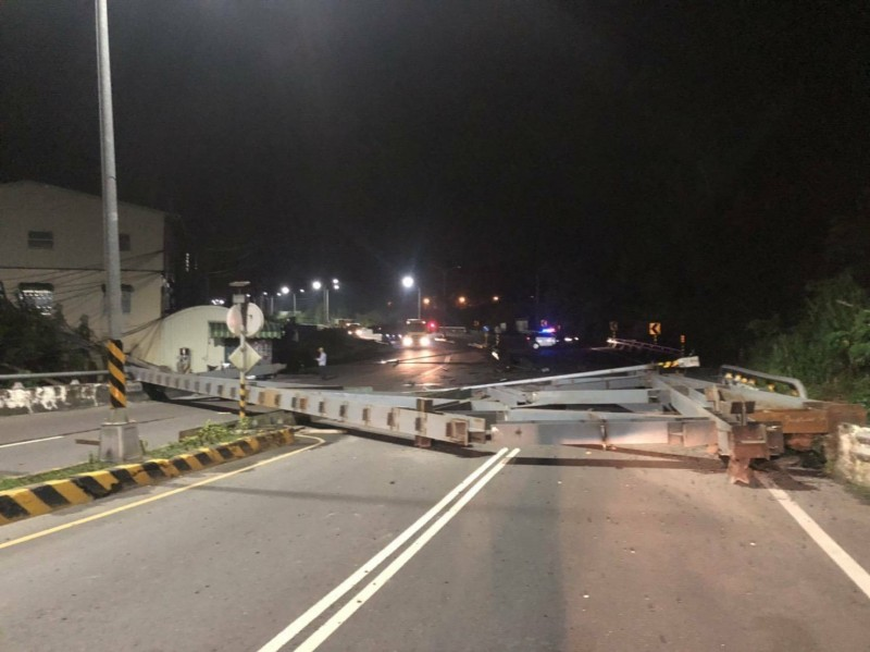 大型鋼樑橫躺在內門台3線401.5K處,造成車輛無法通行。(記者許麗娟翻攝)